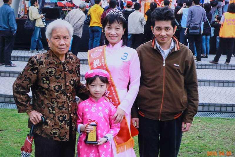 民國99年得到台北縣政府舉辦的外配模範家庭選拔,得到獎座。奉養婆婆、相夫教女的曾女香,實至名歸。(圖/曾女香提供)