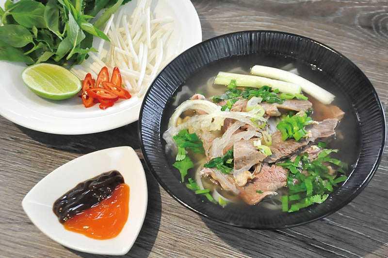 越南牛肉河粉是越南美食居首,湯頭輕鮮、牛肉軟嫩,淋入檸檬汁增加酸香,一喝有提神醒腦之功效。(圖/曾女香提供)