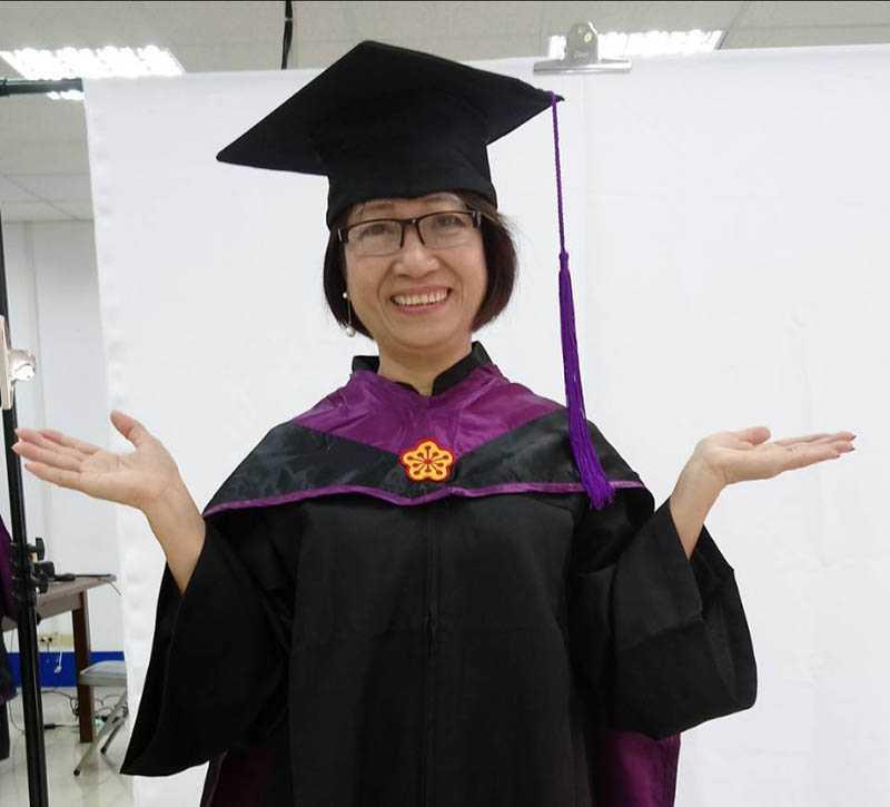 曾女香好學不倦,62歲穿上碩士服拍畢業照。(圖/曾女香提供)