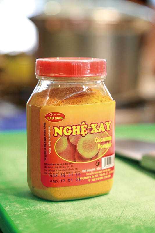 薑黃粉是越南家庭廚房常備的香料粉末之一。(圖/王永泰攝)