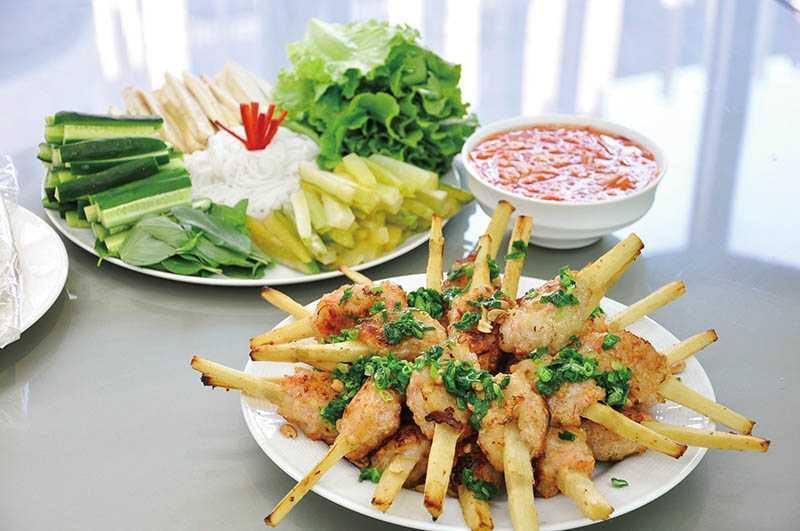 越南海鮮代表菜甘蔗蝦,先炸再烤,和生菜水果包著沾醬汁吃,清爽鮮美。(圖/曾女香提供)