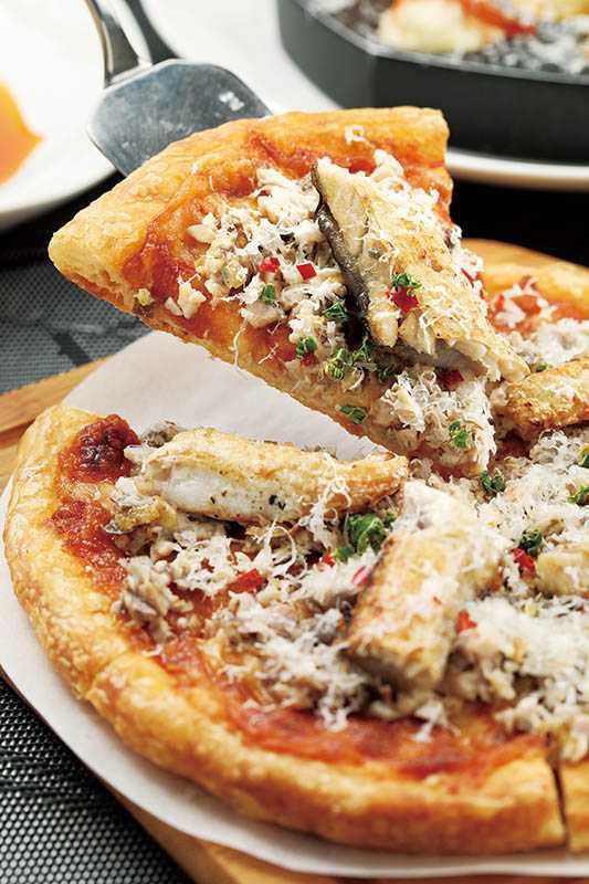 別具創意的「牛奶魚披薩」,虱目魚經過窯烤後,脂香誘人。(6吋520元、10吋880元)(圖/于魯光攝)
