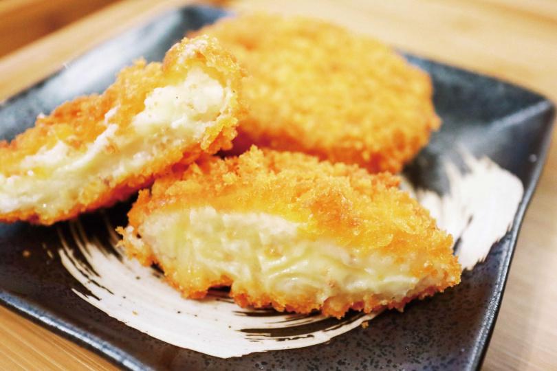 將馬鈴薯泥包入起司和咖哩的可樂餅,口感扎實、十分飽足。(70元)(圖/官其蓁攝)