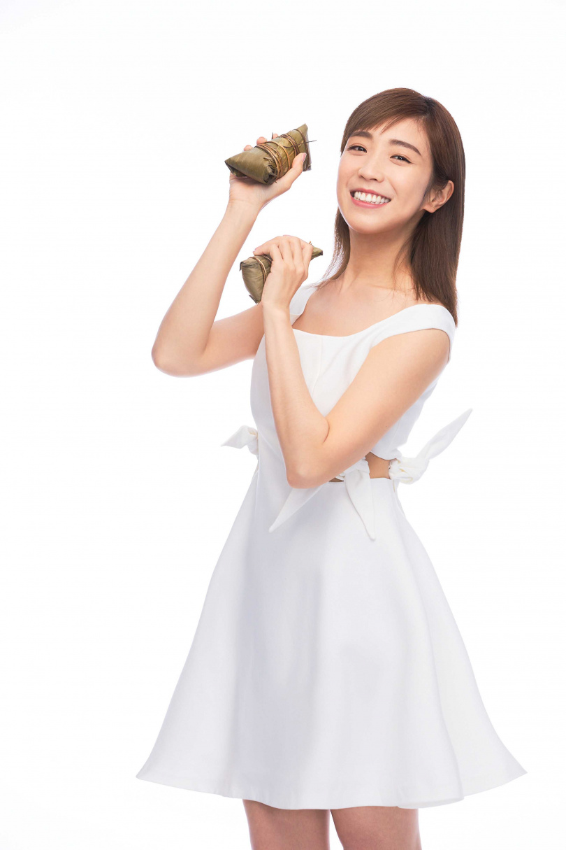 適逢端午節,梁舒涵受訪時應景與粽子合照。(LiTV 、開麗娛樂提供)