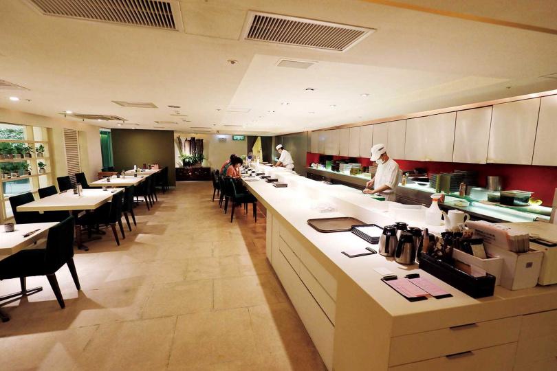 餐廳內以寧靜的白色調為主,寬敞明亮。(圖/于魯光攝)