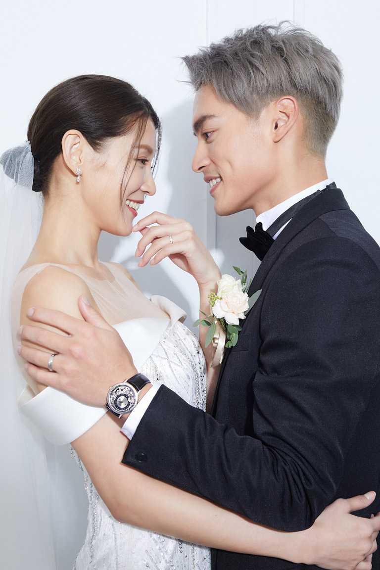 許孟哲與趙孟姿夫妻倆,於婚禮上選擇佩戴PIAGET「Possession」系列對戒,比喻未來和諧關係。(圖╱PIAGET提供)