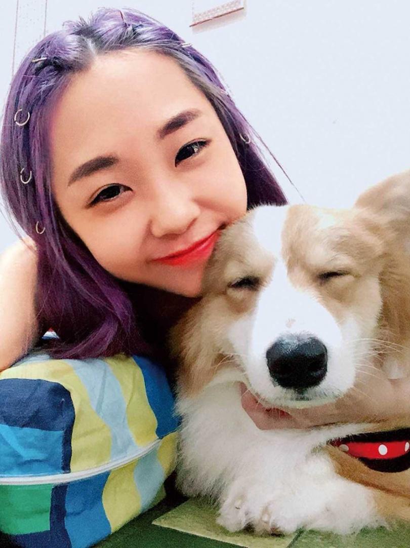 為了來台錄音發片,艾薇和愛犬「Bobe」分開超過半年,她坦言非常難過,「很怕牠忘記我的味道。」(圖/翻攝艾薇臉書)