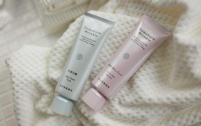 朵茉麗蔻的卸妝凝露(右)與潔顏霜(左)當中富含膠原蛋白,溫和洗卸同時留下滋潤,從洗臉開始就能改善小細紋。(圖/品牌提供)