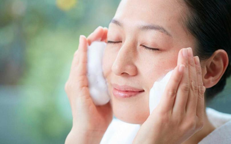 30歲以後的肌膚需要更細節的呵護,即使不出門、沒化妝也可在晚上進行卸妝與洗臉的保養程序。(圖/品牌提供)