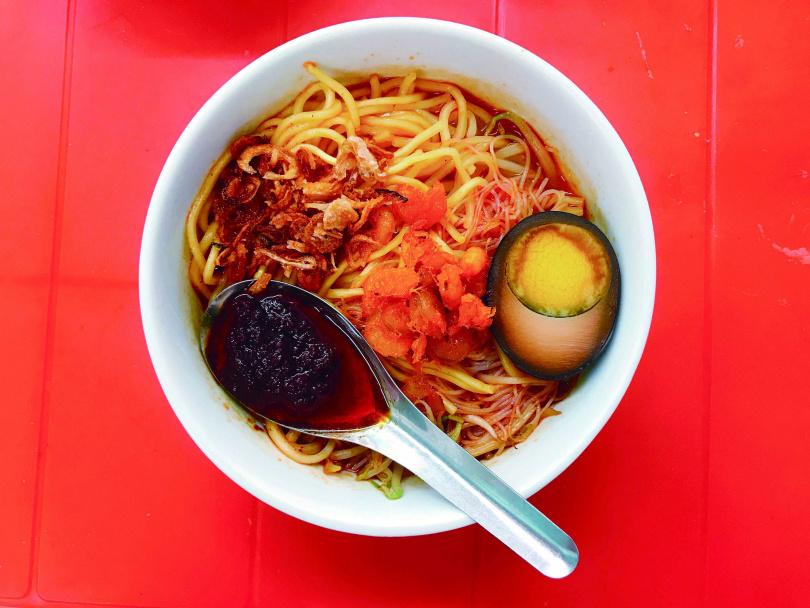 檳城福建麵有「半粉半麵」的吃法,圖為「青屋蝦麵」麵食。(圖/陳靜宜提供)