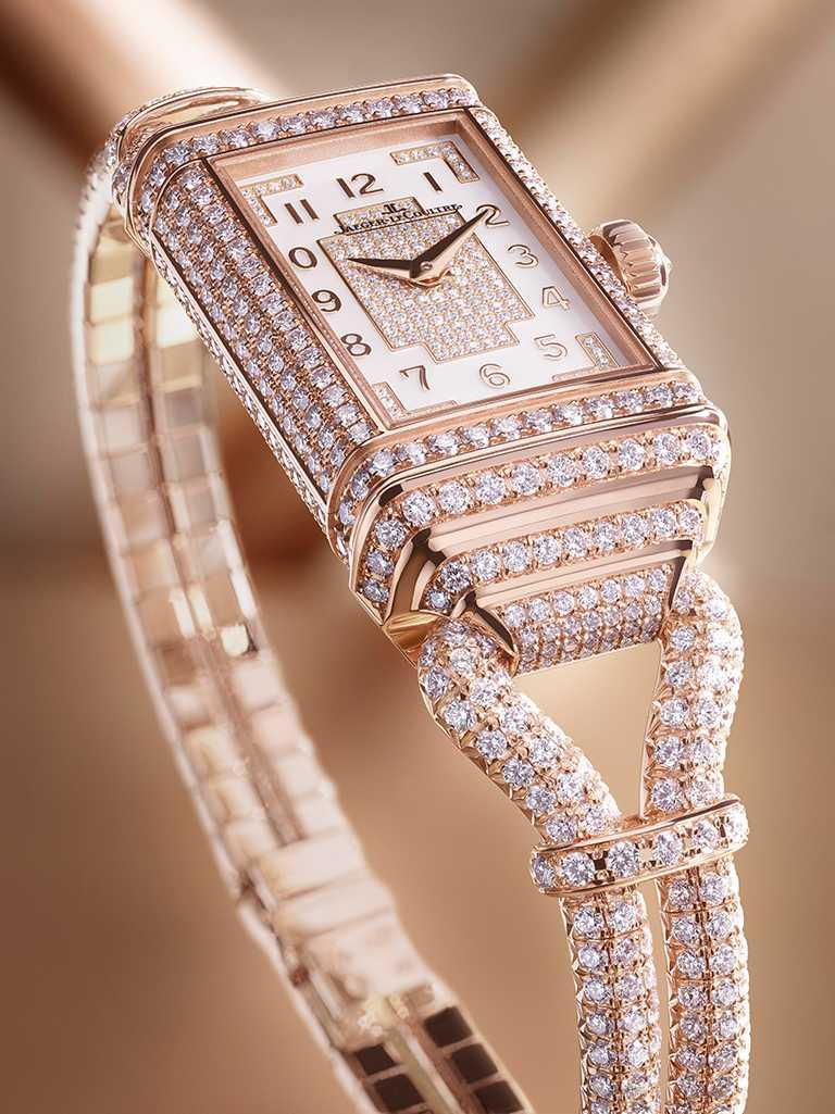 JAEGER-LECOULTRE「Reverso One Cordonnet Jewellery」翻轉系列珠寶腕錶,36.3mm,玫瑰金錶殼,822型手動上鏈機芯,鑽石1,104顆╱5,950,000元。(圖╱JAEGER-LECOULTRE提供)