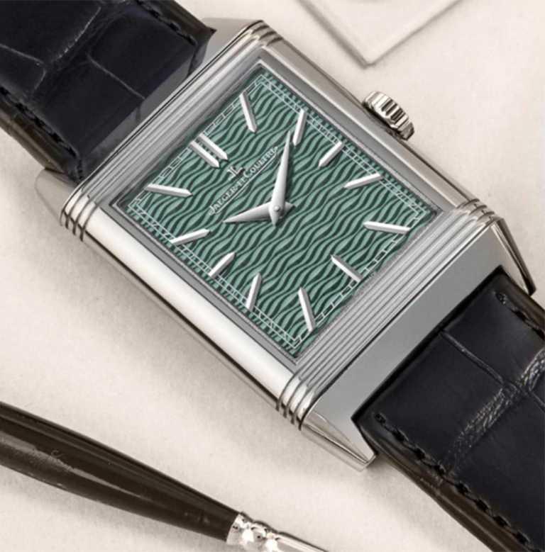 正面錶盤飾以帶有小波浪紋的扭索飾紋,在綠色半透明琺瑯下壓紋。(圖╱JAEGER-LECOULTRE提供)