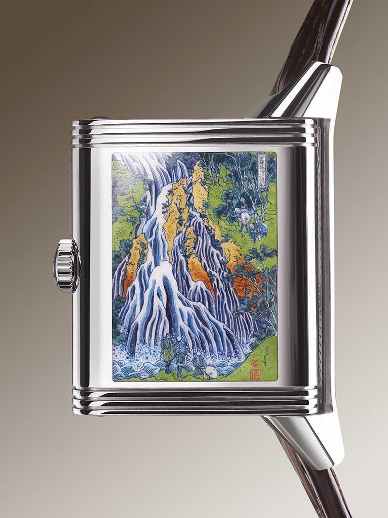JAEGER-LECOULTRE「Reverso Tribute Enamel」翻轉系列琺瑯腕錶,錶殼背面運用琺瑯微繪工藝,將葛飾北齋的《諸國瀑布攬勝之下野黑髮山之瀑》木刻版畫,依照原作等比重現。(圖╱JAEGER-LECOULTRE提供)