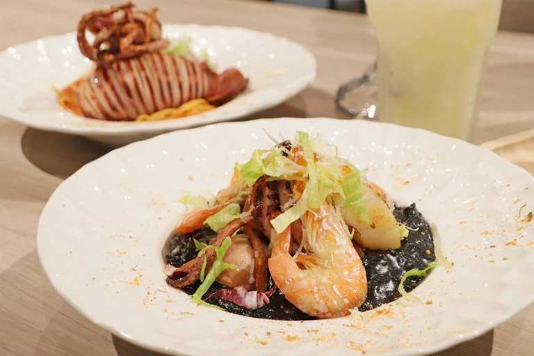 招牌巴塞隆納海鮮燉飯一個月賣出近千份,成為「珍妮佛美廚」明星餐點。(350元)