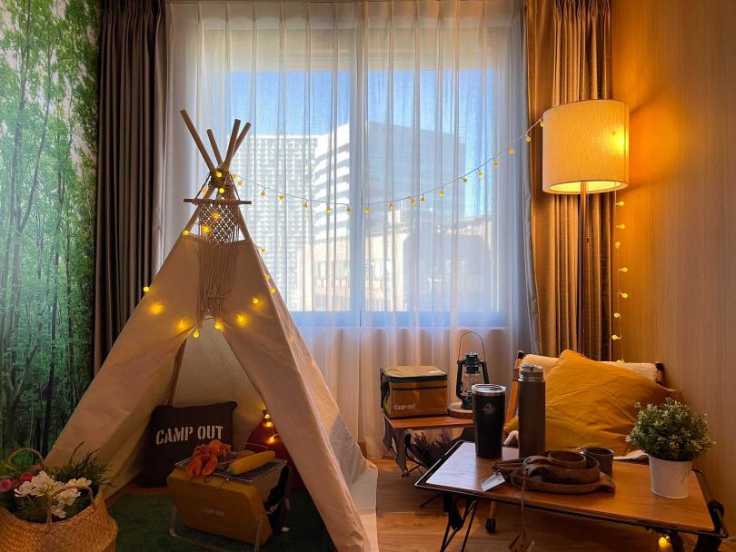 「享受吧!露營趣」主題房設置了適合打卡的帳篷與露營用具。(圖/格拉斯麗台北酒店提供)