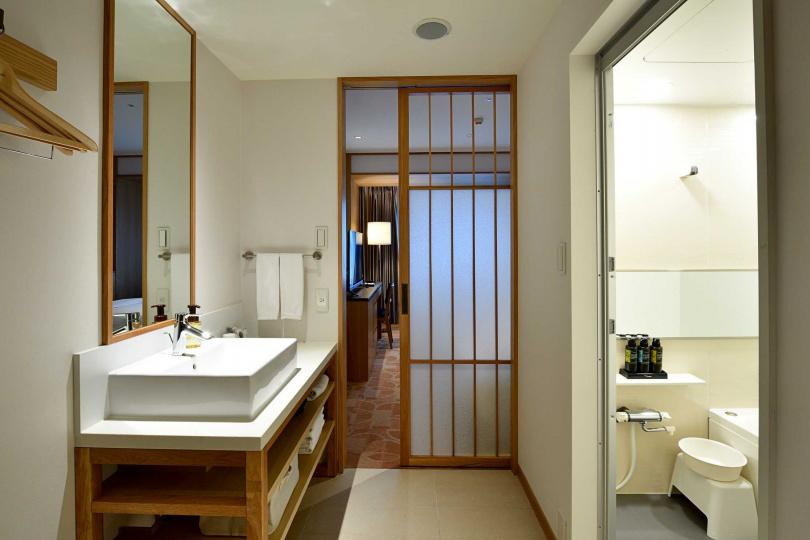 部分房型以拉門隔開臥室與衛浴,衛浴也採獨立設計,方便同房住客使用。(圖/格拉斯麗台北酒店提供)