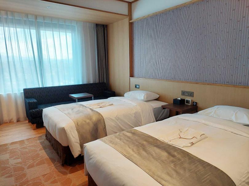 飯店房間主要為雙人房型,牆上有日式織紋設計,房間起跳價為2,900元起。(圖/魏妤靜攝)