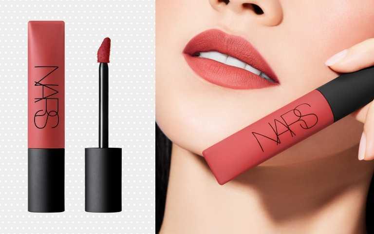 NARS 雲霧唇誘 7.5ml/1,000元 #DOLCE VITA 乾燥玫瑰(圖/黃筱婷攝影、品牌提供)