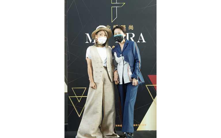 臺北市副市長黃珊珊(右)身著去年金獎設計師夏筱琴(左)為其量身設計新裝出席頒獎典禮。