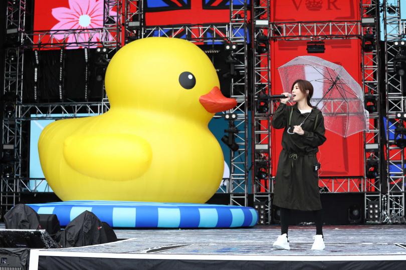 蘇慧倫在演唱〈鴨子〉時,主辦方特別準備了藝術家霍夫曼的巨型充氣「黃色小鴨」站台。(攝影/彭子桓)
