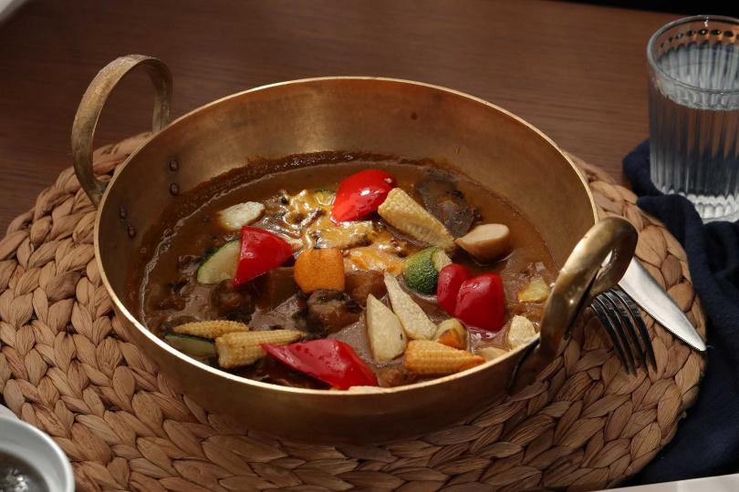 印度黃薑燉牛肉。(圖/台南大員皇冠假日酒店元素餐廳提供)