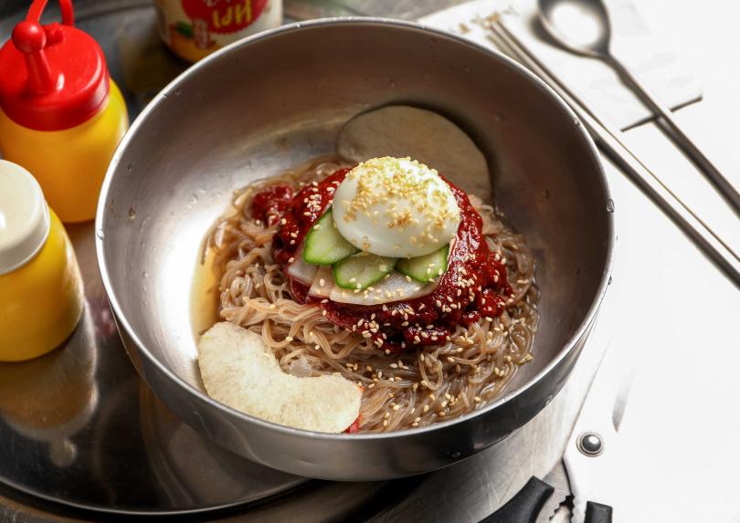 快速浸泡冷水再瀝乾「冷拌麵」,方能保有麵條Q彈。(279元)