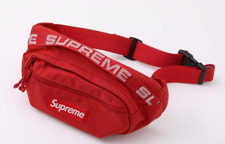 Supreme側背包網路代購,約台幣4000元。