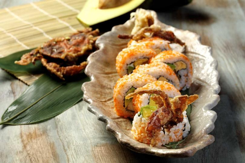 酪梨軟殼蟹花壽司。(圖/鳥丈爐端燒提供)