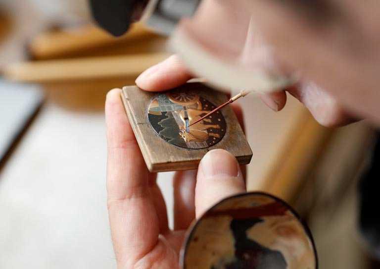 Chopard「L.U.C XP金牛蒔繪」腕錶,錶盤均出自具有百年歷史的日本山田平安堂工坊,賦有細緻層次的漆面立體感。(圖╱Chopard提供)