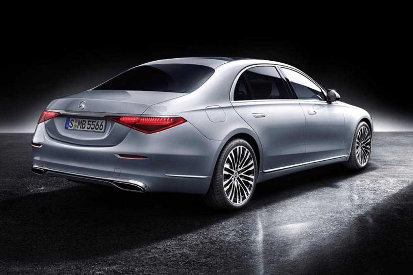 大改款後的M-BENZ S-Class,將頭尾燈組面積縮小,使外觀更具科技感。(圖/中華賓士提供)