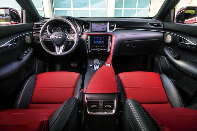 內裝與QX50完全相同,中央採用上下雙螢幕,使行車資訊、導航都能並行顯示。(圖/INFINITI提供)