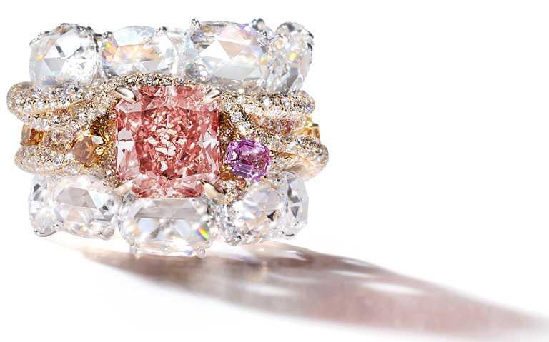 CINDY CHAO濃彩偏橘粉紅鑽建築戒指╱價格店洽。(圖╱CINDY CHAO提供)