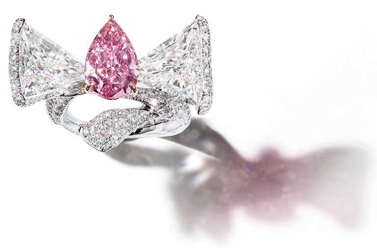 CINDY CHAO豔彩粉紅鑽緞帶戒指╱價格店洽。(圖╱CINDY CHAO提供)
