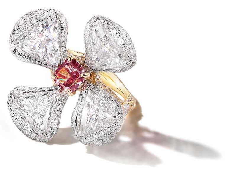 CINDY CHAO紅鑽花朵戒指╱價格店洽。(圖╱CINDY CHAO提供)