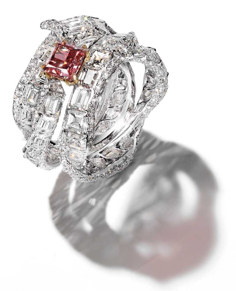 CINDY CHAO阿蓋爾紅鑽緞帶戒指╱價格店洽。(圖╱CINDY CHAO提供)