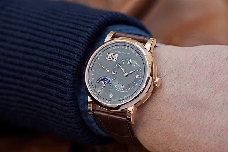 A. Lange & Söhne「Lange 1 Perpetual Calendar」日夜顯示月相萬年曆腕錶,銀灰色面盤,41.9mm,18K玫瑰金錶殼,L021.3型自動上鏈機芯╱價格店洽。(圖╱A. Lange & Söhne提供)