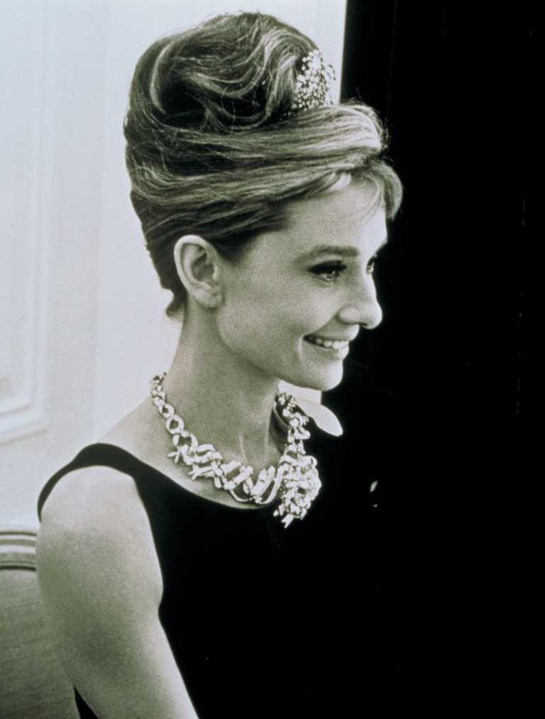 1961年,奧黛麗赫本為電影《第凡內早餐》宣傳時,佩戴Jean Schlumberger所設計的緞帶造型「Ribbon Rosette」傳奇黃鑽項鍊。(圖╱TIFFANY & CO.提供)