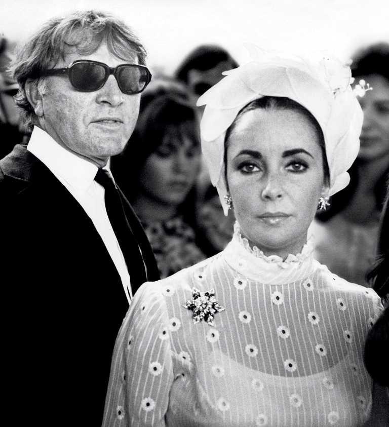 伊麗莎白泰勒身上佩戴Jean Schlumberger所設計的「Fleur de Mer海洋之花」藍寶鑽石胸針,正是丈夫李察波頓於1965年贈予她的寶貴愛物。(圖╱TIFFANY & CO.提供)