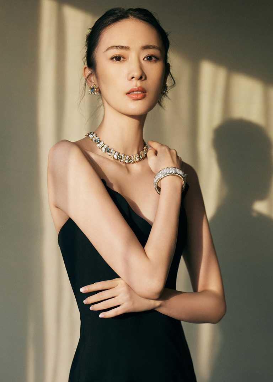 女星童瑤佩戴TIFFANY & CO.「Schlumberger」高級珠寶系列作品,蝴蝶造型海水藍寶石與鑽石項鍊。(圖╱TIFFANY & CO.提供)