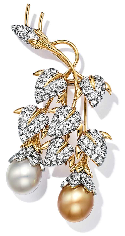 TIFFANY & CO.「Schlumberger」高級珠寶系列,「Cascade」鉑金及18K金胸針,鑲有一對南洋養殖珍珠及圓形明亮式鑽石。(圖╱TIFFANY & CO.提供)