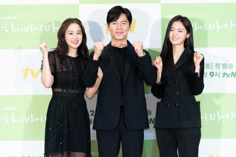 李奎炯(中)、高甫潔(右)都驚嘆金泰希(左)的美貌。(圖/Netflix提供)
