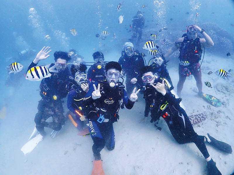 依照水肺潛水教練的指導,人人都能深潛,與熱帶魚同游。(圖/暖洋潛水旅宿提供)