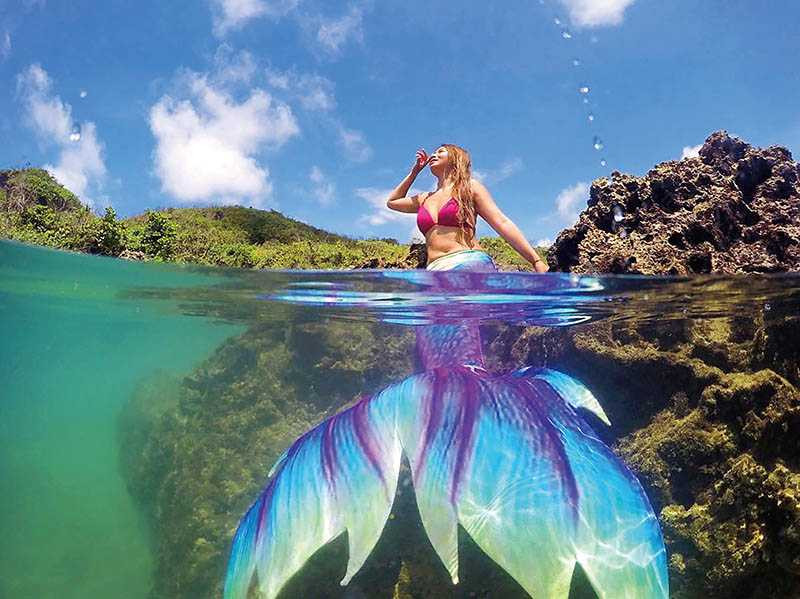 在小峇里島、萬里桐,「墾丁海女阿書專業玩拍團隊」會幫客人拍攝兩棲美人魚寫真。(圖/Land of Joy比基尼服飾店提供)
