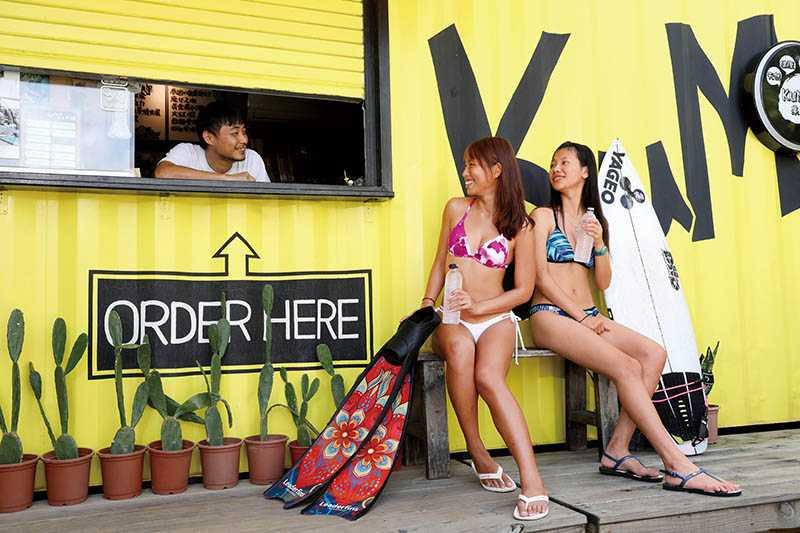 身穿台灣品牌比基尼的恆春女孩思涵(左)、亭亞(右),是街頭最潮的風景!(紅色/muii swim、藍色/Mata Swimwear)(圖/王永泰攝)