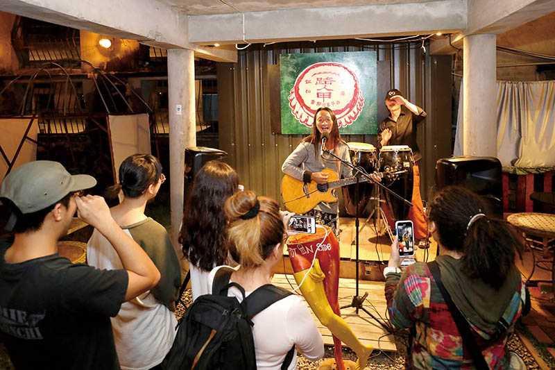 小賣店老闆們身兼歌手與樂手,也歡迎客人即興上台演出。(圖/王永泰攝)