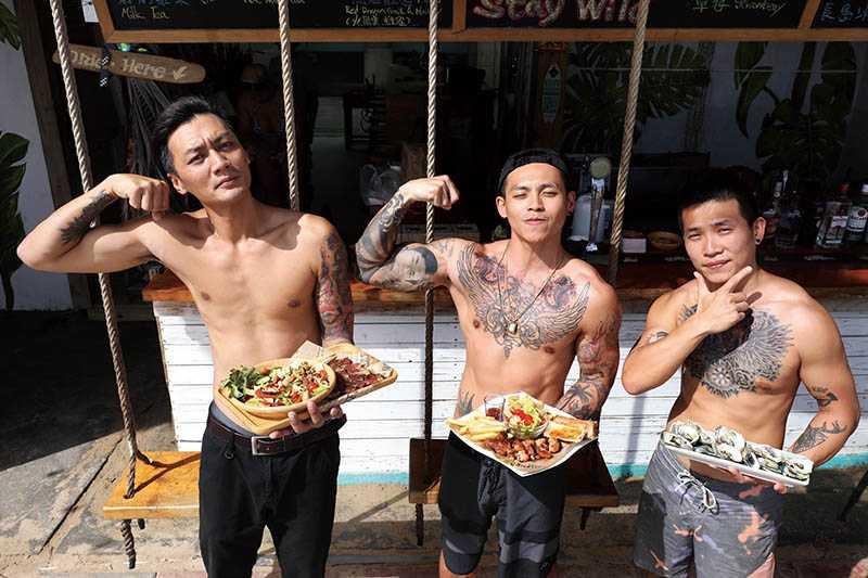 南灣美食區的猛男餐廳「野海子」,老闆個個都是健身刺青迷。(圖/王永泰攝)