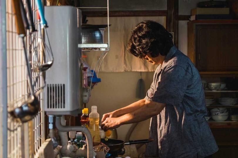 不擅廚藝的永瀨正敏,為電影嘗試煎蛋。(圖/威視提供)