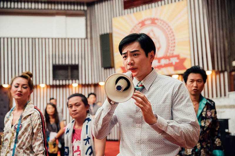在《逃出立法院》中,禾浩辰飾演一位個性怯懦的新科立委,對社會大小事都相當無感。(圖/華映娛樂提供)