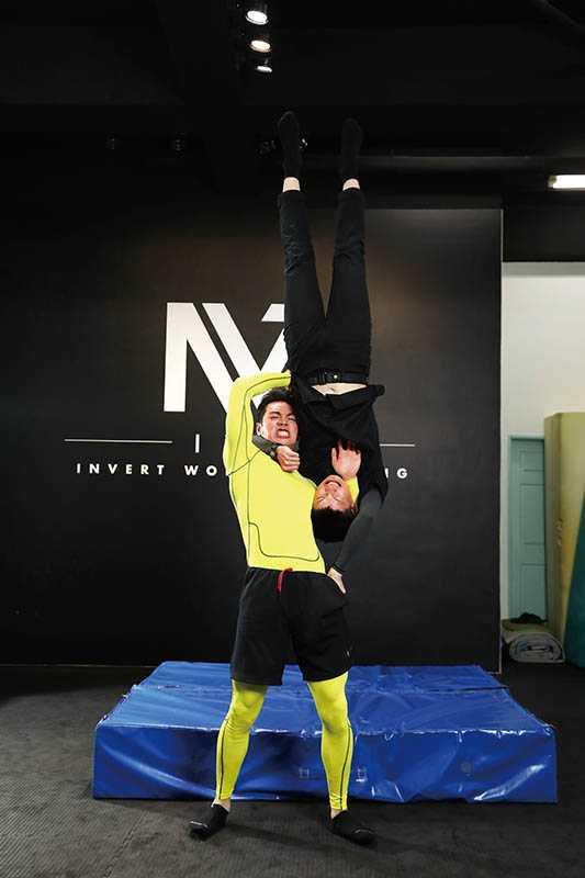 禾浩辰平時就愛看摔角,其中「吊車翻摔」是他覺得最帥的姿勢。招式名稱:吊車翻摔(圖/彭子桓攝)