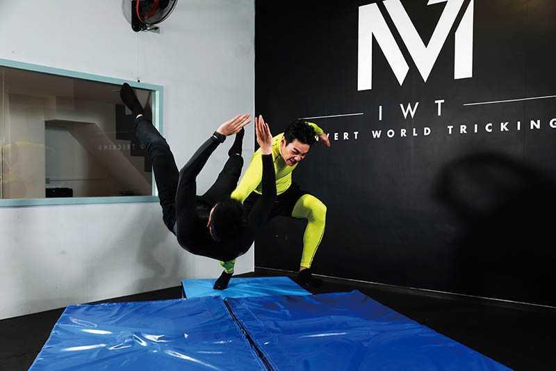 禾浩辰平時就愛看摔角,其中「吊車翻摔」是他覺得最帥的姿勢。招式名稱:喉輪落(圖/彭子桓攝)